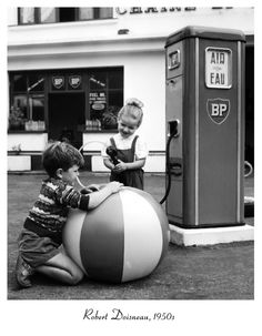 Robert Doisneau,(14. April 1912 in Gentilly ; † 1. April 1994 in Paris) war ein französischer Fotograf.  Fotografien von Doisneau sind im Besitz des Pariser Musée National d'Art Moderne, des britischen Victoria and Albert Museum sowie der New Yorker Häuser Museum of Modern Art und Metropolitan Museum of Art. Zahlreiche seiner Fotografien wurden auf dem Kunstmarkt verkauft und erzielten bis zu 26.400 US-Dollar.