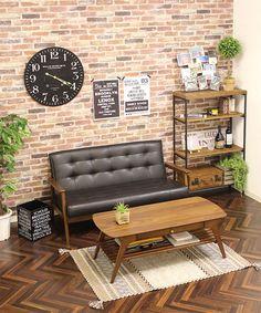 レトロスタイルのソファ フレンズ 2人掛け ダークブラウンのカラーはレザータイプ。レンガの壁紙によく馴染みます。