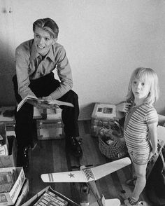 """David Bowie News op Twitter: """"David Bowie and Duncan, 1975. https://t.co/qb6hEBVsBy"""""""