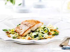 Gös med fänkåls- och zucchinitagliatelle | Recept.nu