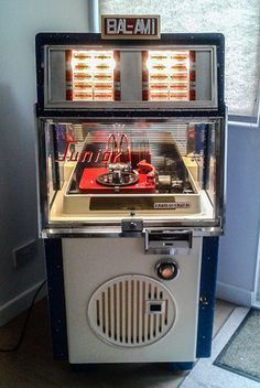 The first BAL-AMi manufactured especially for the UK market's smaller locations. Vintage Box, Vintage Music, Retro Vintage, Jukebox, Antique Record Player, Music Machine, Slot Machine, Radio Antigua, Flipper
