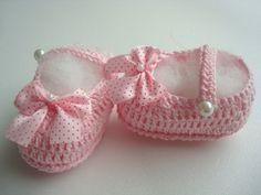 sapatilha feita a mao de croche <br> material;linha 100%algodao. <br>cor;rosa. <br>tamanho;sola 8 cm para bebe de 0 a 2 meses.