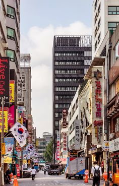 Located next to the ancient southern gate to the city of Seoul, the Namdeamun Market is the oldest and largest market in South Korea. South Korea Seoul, South Korea Travel, Seoul Wallpaper, South Korea Photography, Seoul Photography, Aesthetic Korea, Delft, Travel Goals, Scenery