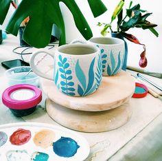 Pottery Plates, Glazes For Pottery, Ceramic Pottery, Pottery Art, Ceramic Cafe, Ceramic Teapots, Keramik Design, Painted Plant Pots, Flower Pot Design