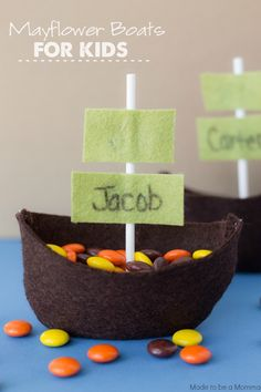 Need a fun and easy Thanksgiving kids craft idea?  These Mayflower Boats are simple and perfect for the kiddie table!