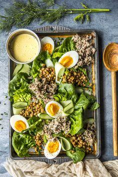 Egg- og tunfisksalat med cæsardressing utgjør en deilig lunsj eller en enkel og god middag når du har lyst på noe annet enn et varmt måltid. I denne egg- og tunfisksalaten kan du gjerne også bruke kokte poteter fra gårsdagens middag, hvis du har det. Cobb Salad, Eggs, Ethnic Recipes, Food, Egg, Meals, Egg As Food, Yemek, Eten