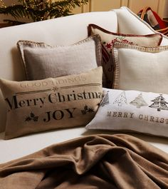 Zara Home România Christmas Pillow, Gold Christmas, Christmas Pictures, Christmas Decor, Christmas Ideas, Xmas, Zara Home, Designer Pillow, Pillow Design