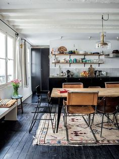 10 Tips How To Build A Lightweight House Decoration Design - voici comment choisir un revetement de sol, parquet noir The Best of interior decor in Style At Home, Home Living, Living Spaces, Kitchen Interior, Kitchen Decor, Apartment Kitchen, Kitchen Dining, Cocina Office, Home And Deco
