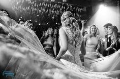 Adoro fotografar pista de casamento que bomba! #feliperezende #clicksdofeliperezende #casar #noivas2017 #fotografiadecasamento #noiva #casamento #bride #wedding #love #amor #boda #weddingparty #fotografodecasamento #vestidodenoiva #happy #weddingdress #weddinginspiration #family #ceremony #romance #marriage #weddingday #bridalmakeup #instawedding #weddingideas #weddingphotography #noiva #weddingdecor #bridetobe