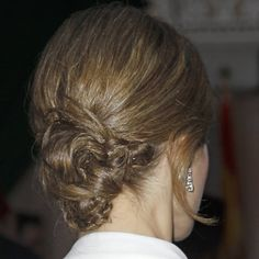 En esta ocasión, la Reina Letizia optó por un moño bajo con toque trenzado y efecto despeinado muy favorecedor y juvenil.