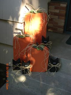 """Black Cats Made For Halloween Decorating ... scraps of wood with a """"V"""" cut into them for the ears, black sample paint made into chalk paint, glued on eyes with glue gun & rafia ... simple, fun, cute project ............. #DIY #cat #woodcat #Halloween #wood #pallet #chalkpaint #rafia #decor #crafts"""