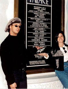 Gustavo Cerati junto a Alejandra Boquete, vestuarista y maquilladora de la banda en la puerta de The Palace
