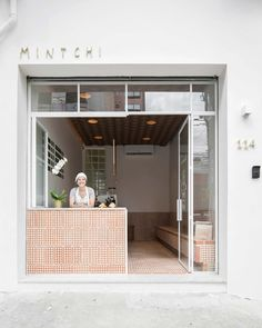 Mintchi Croissant is a bakery in Pinheiros, São Paulo, designed by Dezembro Arquitetos with details inspired by criossant pastry. Cafe Shop Design, Cafe Interior Design, Bakery Design, Best Interior, Cafe Restaurant, Restaurant Design, Timber Shelves, Old Garage, Café Bar
