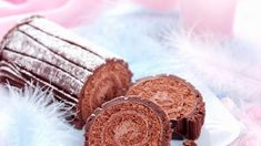 Cremige Schokoladenrolle mit Biskuit-Teig Absolutely worth a sin: This chocolate roll is a real dream of cake. Chocolate Roll, Chocolate Treats, Cakes And More, No Bake Desserts, Baked Goods, Sweet Recipes, Food To Make, Bakery, Food And Drink