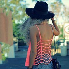 Dos tops às roupas, uma tendência que promete logo tomar conta dos looks são as tiras. Amamos essa ideia!  #slystoreinspira #strappytop