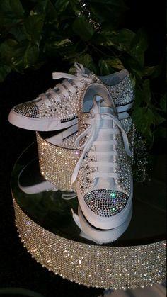 BLANC perle et cristal Style Converse par Crystalcouture01 sur Etsy Bling Wedding Shoes, Converse Wedding Shoes, Glitter Converse, Wedding Sneakers, Bridal Shoes, Bedazzled Shoes, Bling Shoes, Style Converse, Sneakers Fashion