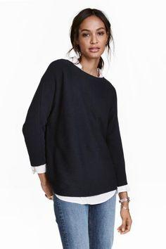 リブニットセーター: ウールを含む、ソフトなリブニットのセーター。ストレートスタイル。ややゆったりめのネックライン。七分袖。