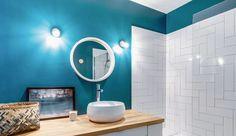 Ce bleu va à ravir à cette petite salle de bains !