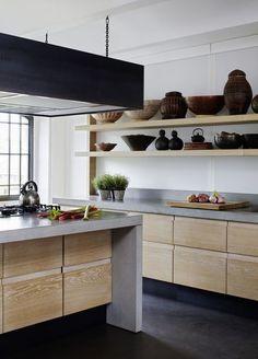 Natuurlijk materialen zijn hip in de keuken! Zoals bijvoorbeeld dit prachtige betonnen aanrecht met houten kastjes. Lees meer op Woonblog!