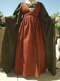 Abito da popolana in calda lana, la chemise sottostante è verde, mentre la sopratunica rosso mattone. Regolabile sul seno. Costo £30