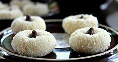 Kokosové koláčikyzaujmú ako vzhľadom, tak i chuťou . Cestoobsahuje porciu krémového syra, který mu dává vláčnosť a jemnosť. Spoločne s čokoládovým vrškom je to ideálny koláčik, který všetkým počas vianočných sviatkov určite zachutí :). Doba prípravy: 1 h Ingrediencie 75 g masla, izbovej teploty 85 g krémového syra 10 g cukru 1 žĺtok 1 lyžička vanilkového extraktu 1/2 lyžičky mandlového