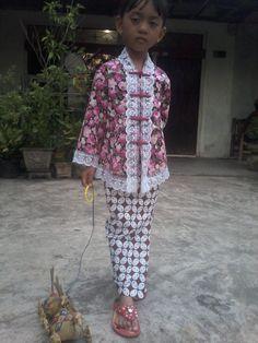 Set kebaya anak 160.000 Set kebaya dewasa 230.000 Call/ SMS / WA : 0856 9565 7732 (yeni) Dress Anak, Traditional Outfits, Kimono Top, Cover Up, Gowns, Model, Kids, Wedding, Clothes