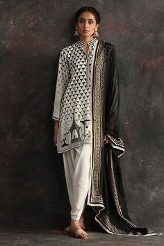 Nida Azwer has always been inspired by the fine craft of local Pakistani artisans. Indian Designer Suits, Indian Suits, Indian Attire, Indian Dresses, Indian Wear, Abaya Style, Pakistani Dress Design, Pakistani Outfits, Punjabi Dress