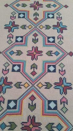 Really nice Cross-Stitch towel flower pattern. Cross Stitch Geometric, Cross Stitch Borders, Cross Stitch Kits, Cross Stitch Designs, Cross Stitching, Cross Stitch Patterns, Hand Embroidery Projects, Crewel Embroidery, Cross Stitch Embroidery