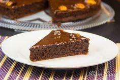 pentru inceput de saptamana savuram un Tort Frantuzesc Cu Ciocolata Si Nuca.Pentru inceput ungem cu putin ulei o forma de copt blaturi de tort cu diametrul de 23