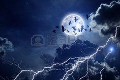 Nachthimmel mit Vollmond Flock Blitzschlag dunkle Wolken zu fliegen Raben Kr hen im dunklen Himmel E Lizenzfreie Bilder