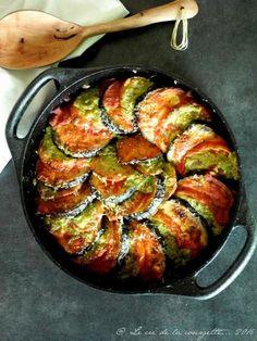 Gratin aubergine et tomate au pesto 2 aubergines / 2 belles tomates / 10 cl de coulis de tomate / une trentaine de feuilles de basilic / 1 poignée de pignons / 2 gousses d'ail / 5 + 3 cuillères à soupe d'huile d'olive / 10 + 20 g de parmesan râpé / sel aux herbes