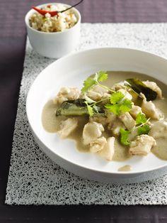 Bereiden:Maak de curry: Week de limoenblaadjes 5 minuten in koud water. Pureer de pepertjes, ui en lente-uitjes samen met de knoflook, citroengras, galangawortel, korianderwortel en -blaadjes, peper, gedroogde koriander en korianderpoeder, komijn, limoenschil en -blaadjes, garnalenpasta en 2 eetlepels olie in een keukenmachine. Verhit de rest van de olie in een pan en voeg de helft van de currypuree toe. De rest houd je bij om al dan niet, volgens smaak, toe te voegen. Bak al roerend 30…