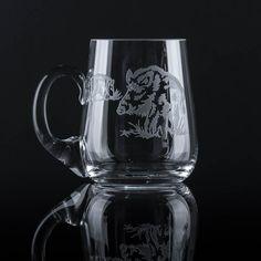 Das Bierglas in bauchiger Form ist hergestellt und von Hand gestrahlt im Böhmerwald (Tschechien). Das Bier aus diesem klaren Bierglas schmeckt nicht nur wegen seine ansprechenden Optik, sondern auch aufgrund seine Form, die das Bieraroma entfaltet, besonders gut.  Die Motive werden sowohl traditionelle Bierliebhaber und Jäger oder einfach nur Naturliebhaber erfreuen. Füllmenge: 500 ml