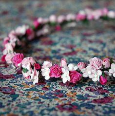 Couronne de fleurs rose avec rubans by Un samedi...