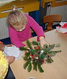 Laat de kinderen een kerststukje maken met een mooie kerst groet. Niet voor zichzelf, maar om weg te geven. Eventueel kun je gezamenlijk langs verzorgingstehuis o.i.d. in de buurt om de kerstgroet te brengen
