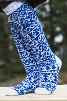 Finlandia-kirjoneulesukat Diy Crochet And Knitting, Crochet Socks, How To Start Knitting, Knit Mittens, Knitting Socks, Hand Knitting, Knitting Designs, Knitting Projects, Sock Loom