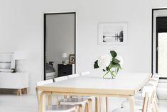 Artekin iso ruokapöytä tuoleineen oli Emilian pitkäaikainen haave. Taustalla näkyvään Ikean tasoon tilattiin hauskat jalat Superfrontilta. Valokuvatyöt ovat Johanna ja Tonny Hernesniemen.