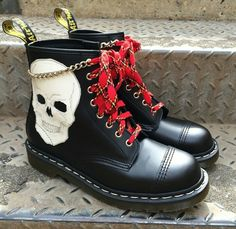 Todays amazing award pair, complete with tartan laces and a little chain! Dr. Martens, Botas Dr Martens, Red Doc Martens, Doc Martens Style, Doc Martens Boots, Emo Shoes, Sock Shoes, Vans Boots, Shoe Boots