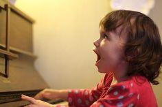 Descubre por qué es importante estimular el canto en tu niño - https://www.somosmamas.com.ar/familia/descubre-importante-estimular-canto-nino/?utm_source=PN&utm_medium=Somos+Mamas+Pinterest&utm_campaign=SNAP%2Bfrom%2BSomos+Mam%C3%A1s ¿Recuerdas las última vez que cantaste tu canción favorita? Seguramente te sentiste feliz de hacerlo. Cantar, así no seas la persona mas entonada del mundo, genera un gran placer y relaja muchísimo. Bueno, en el caso de tu hijo los benefic