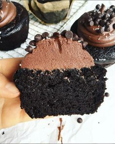 Life-Changing Paleo Chocolate Cupcakes – Paleo Gluten Free Eats These paleo cupcakes will change your life! Moist, fluffy, and made in a blender. Topped with my favorite easy paleo chocolate frosting. Paleo Cupcakes, Cupcakes Au Cholocat, Paleo Menu, Paleo Recipes, Baking Recipes, Dessert Recipes, Easy Paleo Desserts, Paleo Pumpkin Recipes, Paleo Pumpkin Muffins