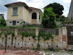Demolished house at Vila Matilde Sao Paulo - Brazil Sao Paulo Brazil, Old City, Cabin, House Styles, Places, Decay, Trains, Home Decor, Houses