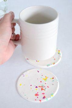DIY Confetti onderzetters met geraspt polymeer klei // via Best Friends for Frosting