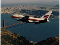 """Vintage Aircrafts A United Airlines Boeing 747 flies over San Francisco - United is auctioning off a chance to travel to an aviation scrapyard for a final toast onboard its last which is awaiting """"disassembly"""" there. Boeing 727, Boeing Aircraft, Civil Aviation, Aviation Art, San Francisco Airport, Vintage Airplanes, Commercial Aircraft, United Airlines, Air Travel"""