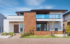 アクセントのタイルや寄棟のルーフライン、陰影のあるシルエット、さらには軒天やバルコニー手すりに施したブラックが個性的なファサードを創出します。 Facade House, House Facades, Villa, Building A House, House Plans, Home And Garden, New Homes, Floor Plans, Exterior