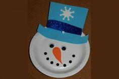 Maak van een plastic of papieren bordje een schitterende sneeuwman die je bijvoorbeeld voor de ramen kunt hangen. Leuk voor #knutselen met de #kerst