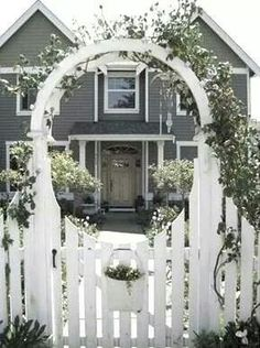Spectacular entrance & house & arbor !!