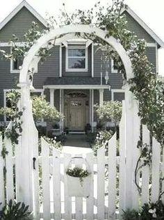 Spectacular entrance & house & arbor !!