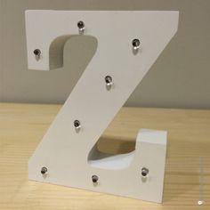 Letra Z de madera luminosa. Además de decorar, proyectan una luz suave y acogedora.