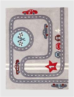 Und Start! Mit diesem schönen Jungenteppich lässt sich wunderbar Autorennen spielen. Das Motiv aus Rennstrecke, Rennautos, Zielflaggen, Sternen und Zahlen lädt zum Spielen ein und ist zudem ein echtes Highlight in jedem Auto-Zimmer. Produktdetails:Teppich: Reine Baumwolle, getuftet. 100 x 133 cm. Motive: Rennstrecke, Rennautos, Zahlen, Flaggen, Sterne. Hinweis: Vor dem ersten Benutzen bitte gründlich staubsaugen. Bitte nicht waschen oder chemisch reinigen.;