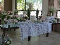 Casamento feito à mão: Mesa do bolo {toalha de crochê}